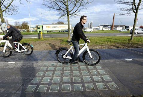 Carril bici con paneles solares